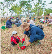 Aiming to restore the costal disaster prevention forests washed away, Aeon conducted tree planting at Iwaki City, Fukushima Prefecture.