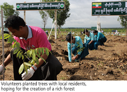 Volunteers planted trees with local residents, hoping for the creation of a rich forest