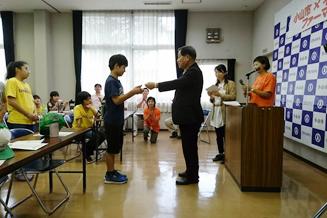 大久保寿夫市長よりメンバーに修了証の授与をしていただきました。